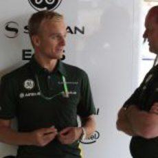 Heikki Kovalainen en el box de Caterham
