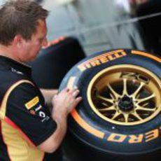 Un mecánico de Lotus con un neumático