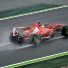 Fernando Alonso vuela sobre el asfalto mojado