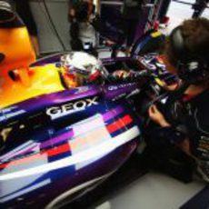 Sebastian Vettel atiende las indicaciones de su ingeniero montado en su RB9