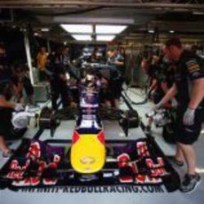 Los mecánicos de Mark Webber refrigeran su RB9
