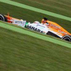 Adrian Sutil afronta las curvas del trazado de Montmeló