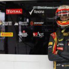Romain Grosjean de brazos cruzados en su 'box'
