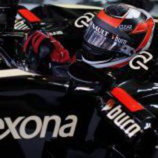 Primer plano de Kimi Räikkonen saliendo a pista
