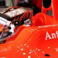 Jules Bianchi concentrado dentro del cockpit de su MR02