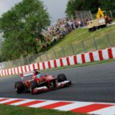 Fernando Alonso pasa por una de las rectas de Montmeló
