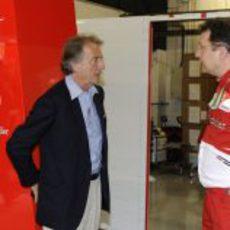 Luca di Montezemolo y Nikolas Tombazis hablan en el box de Ferrari