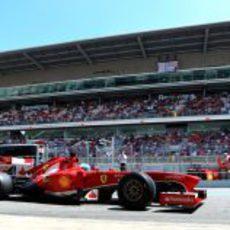 Fernando Alonso en el pitlane de Montmeló