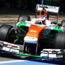 Paul di Resta tratando de sacar el máximo de su monoplaza en la clasificación del GP de España 2013