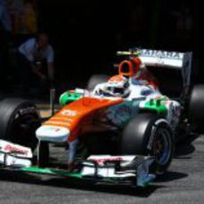 Adrian Sutil sale a pista con el compuesto medio