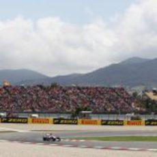 Un Force India pasa junto a las abarrotadas gradas de Montmeló
