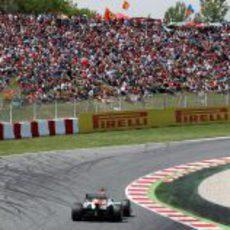 Adrian Sutil frente a la abarrotada 'pelouse' del circuito de Montmeló