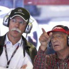 Dieter Zetsche y Niki Lauda en el box de Mercedes