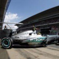 Lewis Hamilton sale de boxes para afrontar la clasificación