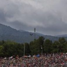 Valtteri Bottas rueda antes los aficionados españoles