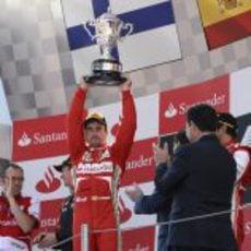 Fernando Alonso levanta el trofeo del campeón