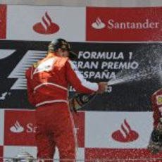 Fernando Alonso y Felipe Massa se lanzan champán