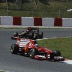 Fernando Alonso por delante de Kimi Räikkönen