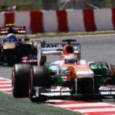Paul di Resta mantiene a raya a Daniel Ricciardo