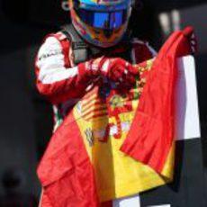 Fernando Alonso no suelta la bandera española