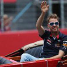 Sebastian Vettel saluda en el 'drivers parade'