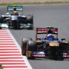Daniel Ricciardo rueda por delante de Lewis Hamilton