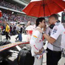 Sergio Pérez y Martin Whitmarsh hablan antes de la carrera