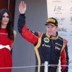 Kimi Räikkönen saluda desde el podio del Circuit de Catalunya