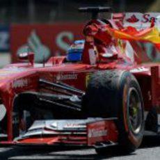 Fernando Alonso ondea la bandera española en Barcelona