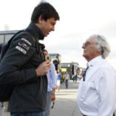 Bernie Ecclestone habla con Toto Wolff en Barcelona