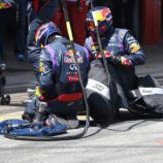 Los mecánicos de Red Bull tras un pitstop
