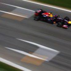 Sebastian Vettel completa otra vuelta con su RB9
