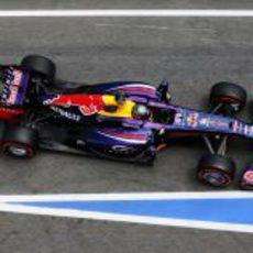 Sebastian Vettel conduce su RB9 por la calle de boxes