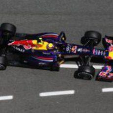 Mark Webber llega con su RB9 por la calle de boxes