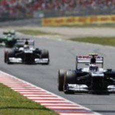 Valtteri Bottas rueda por delante de Pastor en Montmeló