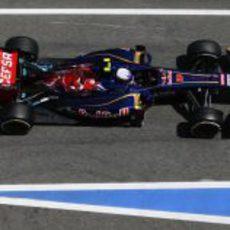 Daniel Ricciardo pasa por el 'pitlane' en Barcelona