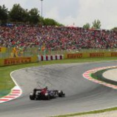 Daniel Ricciardo pasa por delante de la grada de aficionados