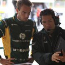 Giedo van der Garde habla con su ingeniero