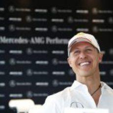 Michael Schumacher, relajado ante la prensa
