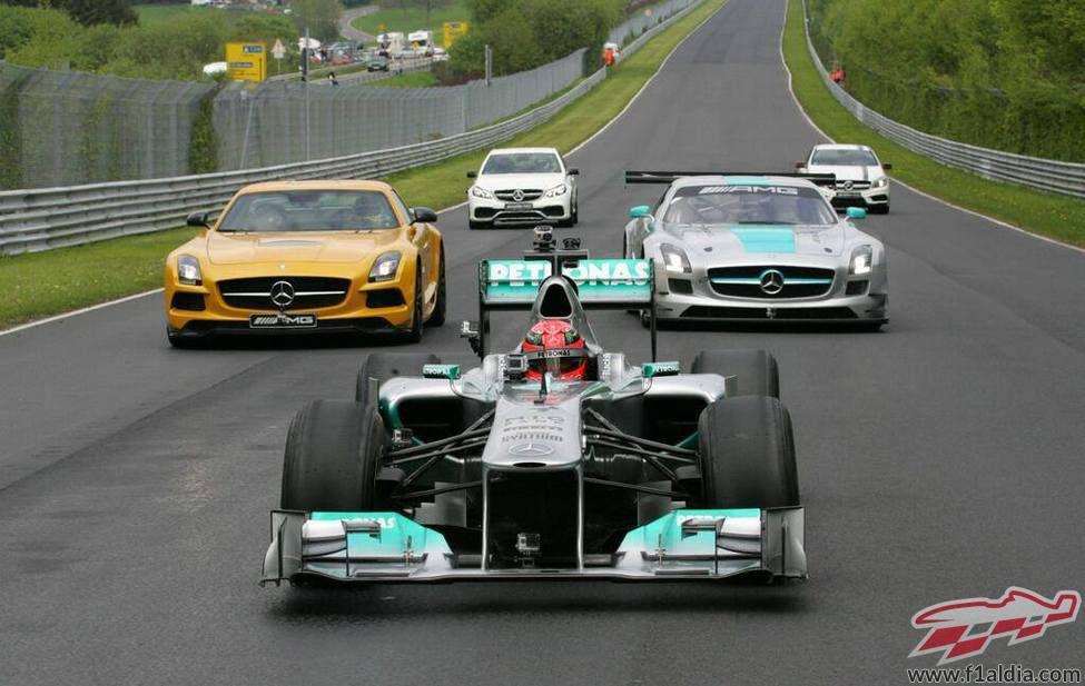 La comitiva de Mercedes en el Nordschleife liderada por Schumacher