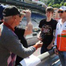 Adrian Sutil posa con un admirador