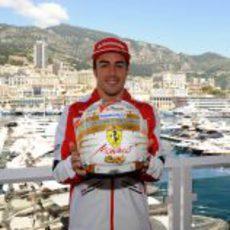 Fernando Alonso muestra el casco que lucirá en el GP de Mónaco 2013