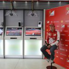 Fernando Alonso espera a los medios en Mónaco