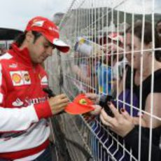Felipe Massa firma autógrafos en Mónaco
