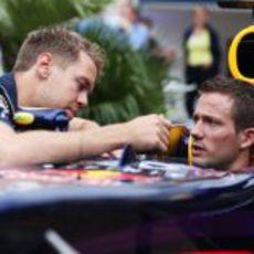 Sebastian Vettel le muestra el monoplaza a Sebastien Ogier