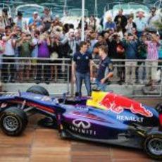 Sebastian Vettel y Sebastien Ogier contemplan el RB9