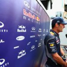 Mark Webber contesta a las preguntas de los medios en Mónaco