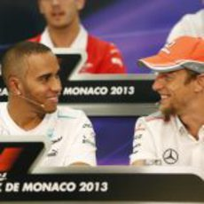 Lewis Hamilton conversa con Jenson Button