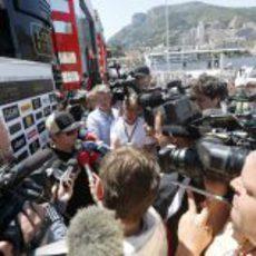 Kimi Räikkönen trata de responder a la prensa