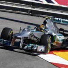 Lewis Hamilton sale de una curva en Mónaco